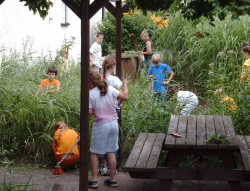 Garten-Arbeitsgruppe in einem Grundschulgarten
