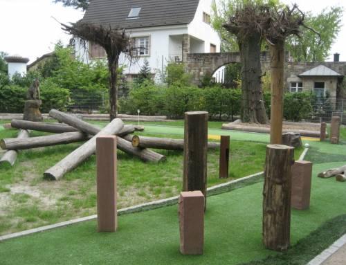 Adventure-Golf mit Kletter-Holzstämmen und Wurzeltellern
